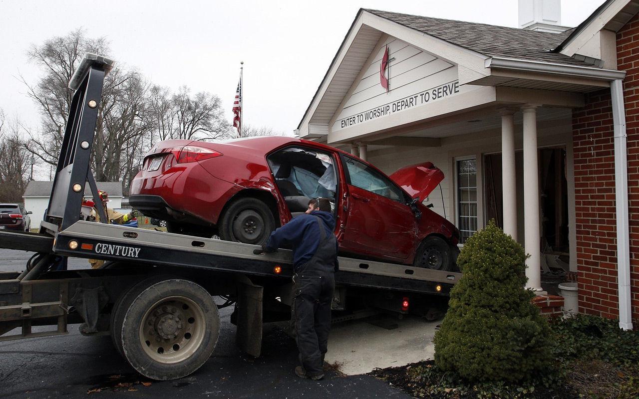 Шестеро прихожан попали под колеса автомобиля прямо в церкви 1