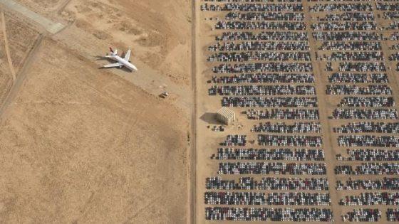 В Сети показали, как тысячи новых автомобилей ржавеют в пустыне 1