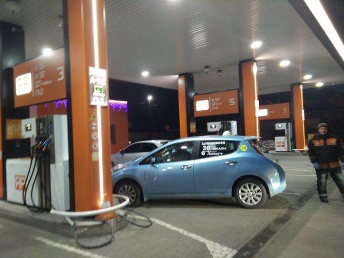 В Украине засняли Nissan Leaf на обычной АЗС 1