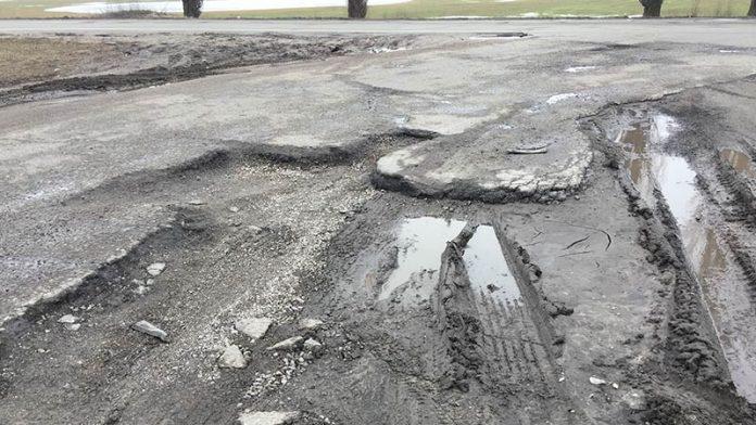 Европейских чиновников шокировали украинские дороги 1