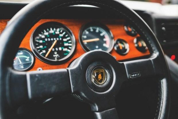 Редкий внедорожник Lamborghini LM002 выставили на аукцион 3