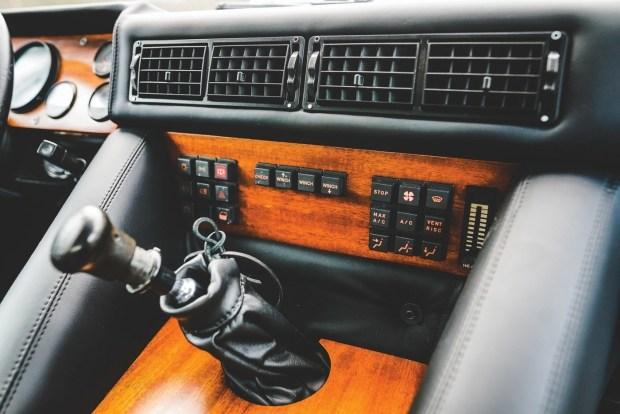 Редкий внедорожник Lamborghini LM002 выставили на аукцион 4