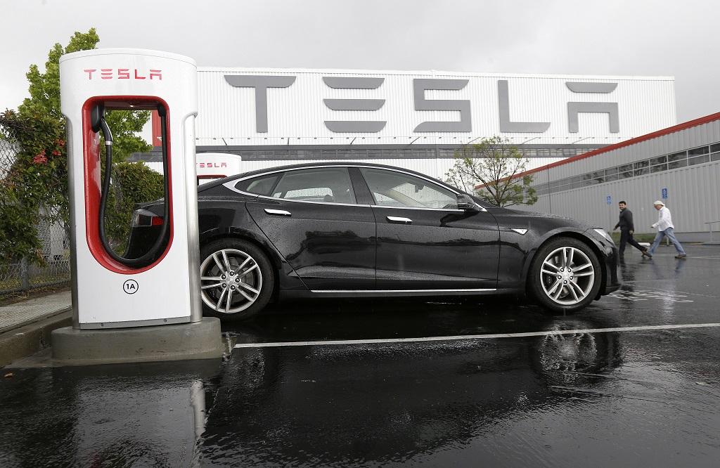 Tesla закрывает все свои магазины 1