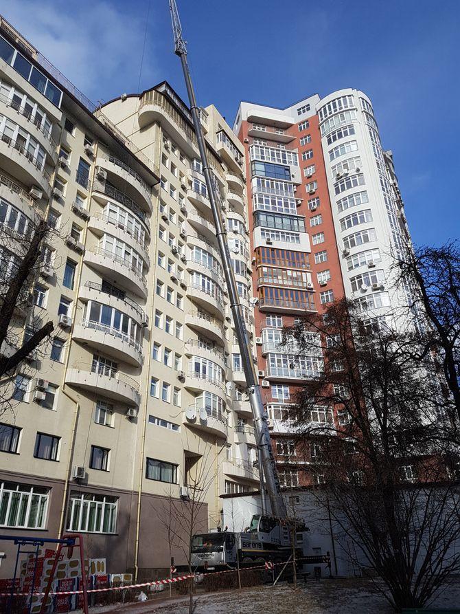 В Киеве автокран достал до крыши высоченного дома 1