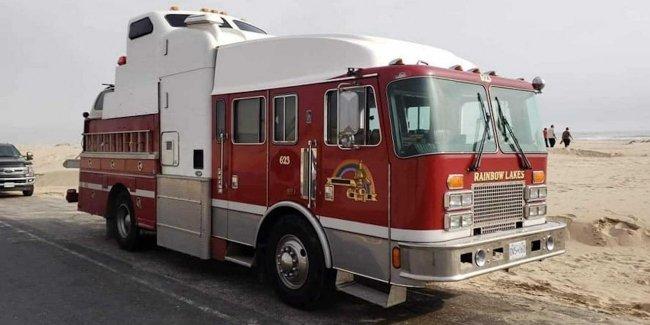 Канадец превратил пожарный автомобиль в дом на колесах 1