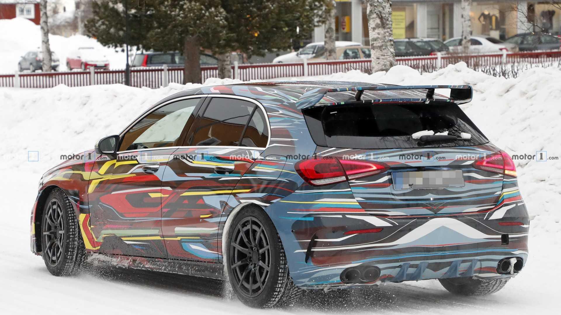 Новый Mercedes-AMG A45 тестируют в цветном камуфляже 3