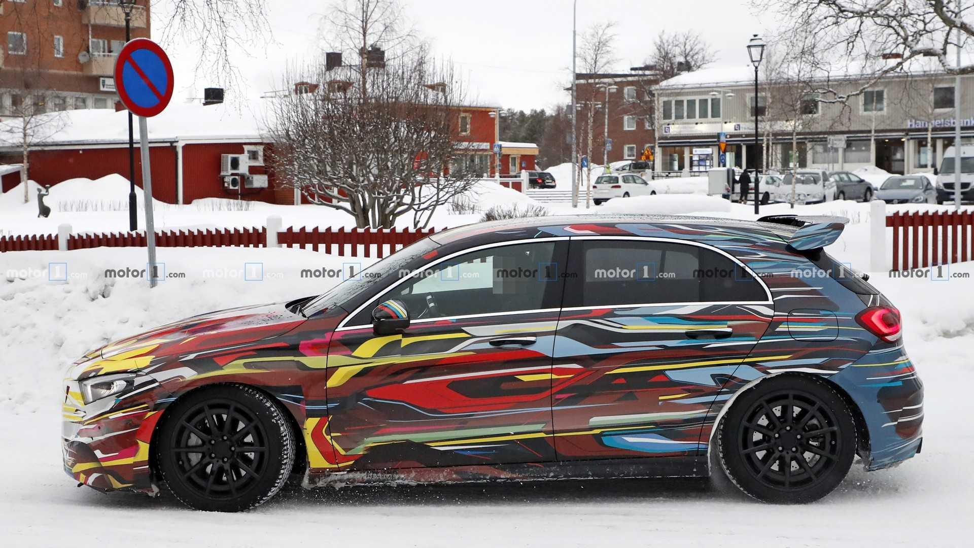 Новый Mercedes-AMG A45 тестируют в цветном камуфляже 2