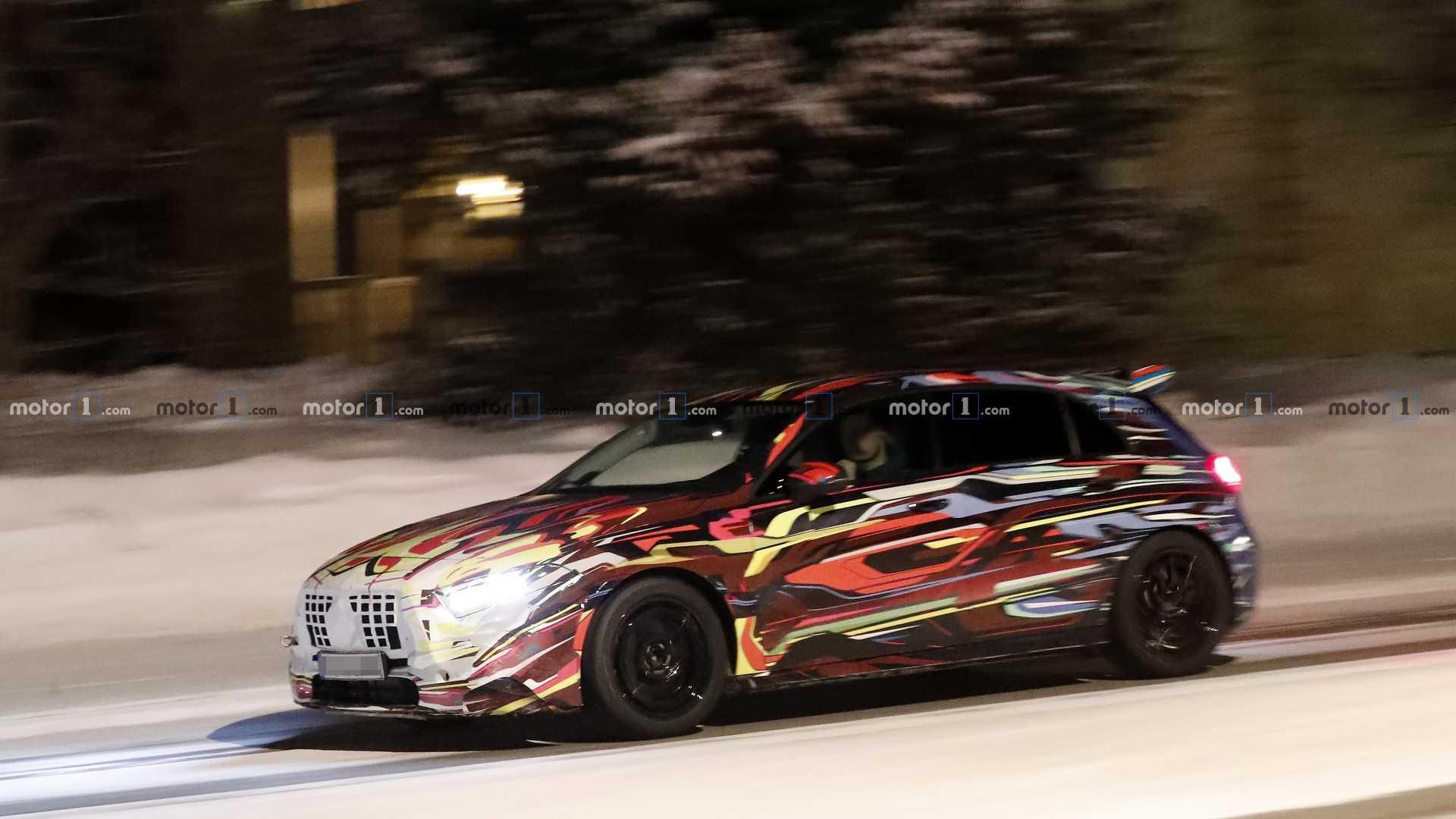Новый Mercedes-AMG A45 тестируют в цветном камуфляже 1