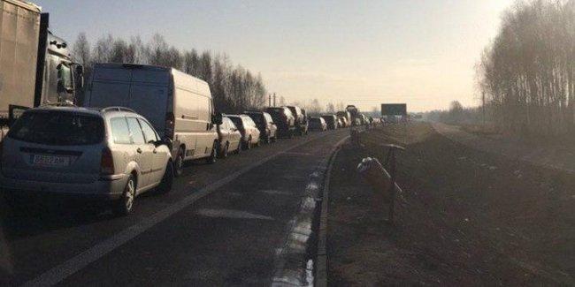 Украинцы повлияли на рост цен на авто в Литве и очереди на границе 1