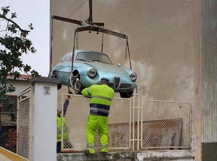 Простоявшую 35 лет на парковке Alfa Romeo Giulietta SZ продали почти за 600 тысяч евро 1