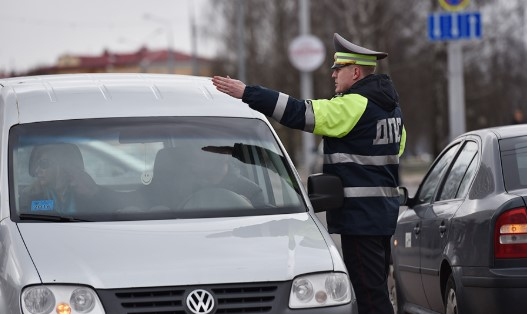 ГАИ Беларуси разбудила жителей многоэтажки, чтобы оштрафовать 1