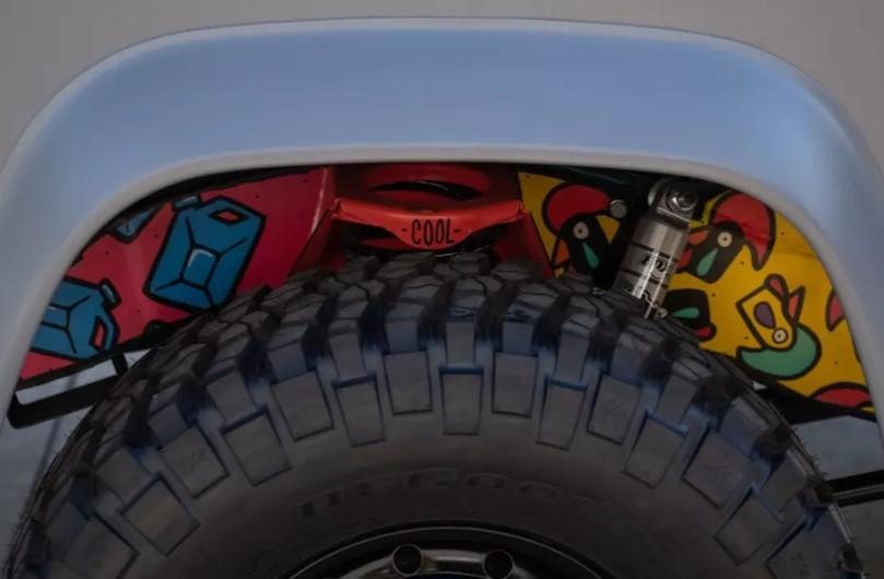 Land Rover Defender превратили в «загадочный» арт-кар 2