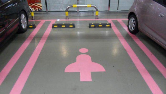 Власти немецкого города оборудовали парковку только для женщин 1