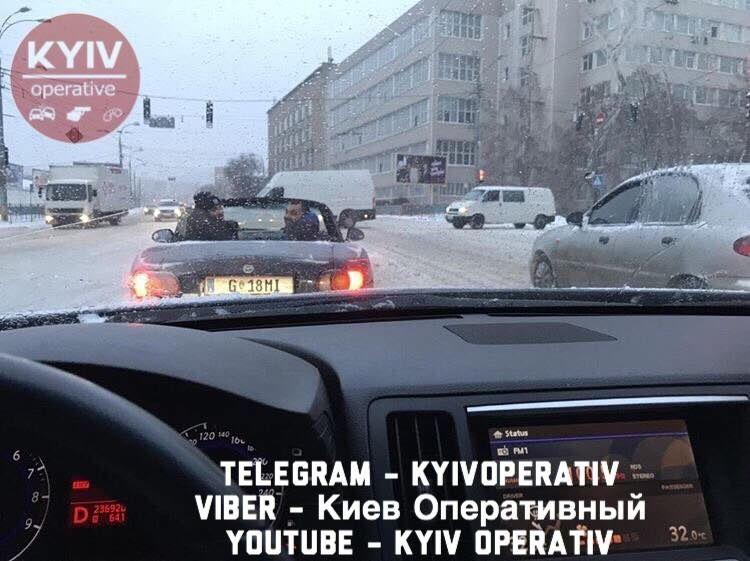 Соцсети взорвало фото открытого кабриолета на заснеженных дорогах Киева 1