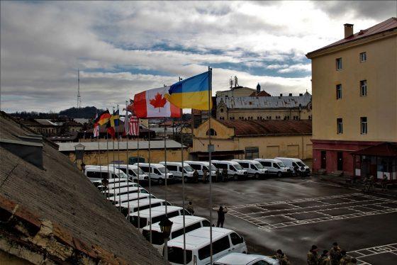 Украинские военные получили новые автомобили из Канады 1
