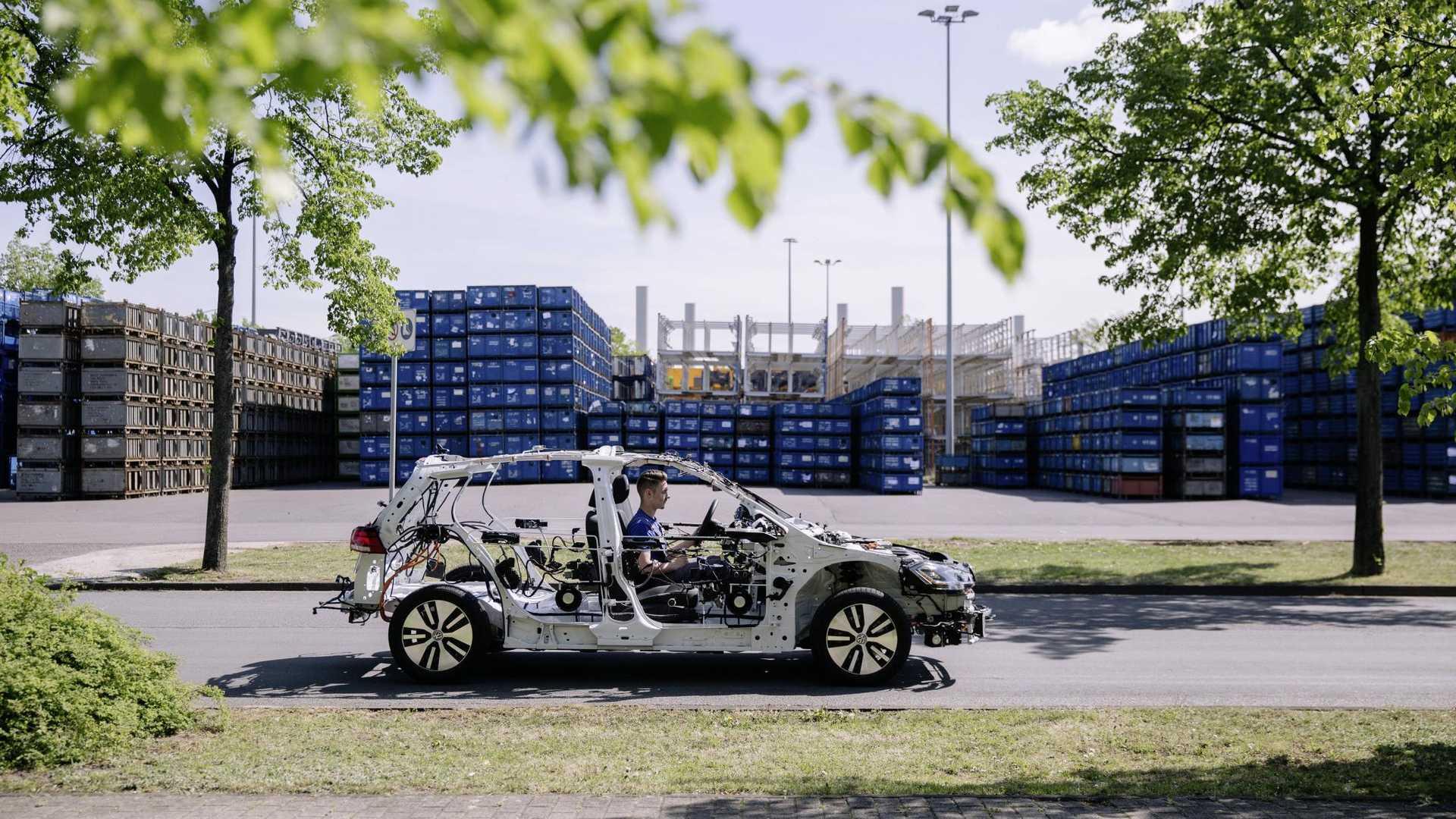 Volkswagen превратил электрический Golf в скелет 1