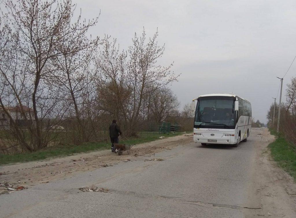 Украинцы самостоятельно ремонтируют дороги 1