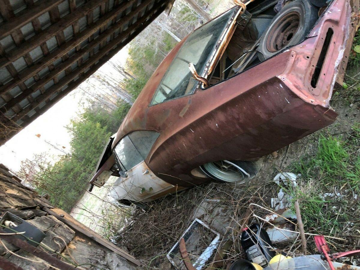 Бесхозная Chevrolet Impala простояла в поле под навесом 35 лет 2