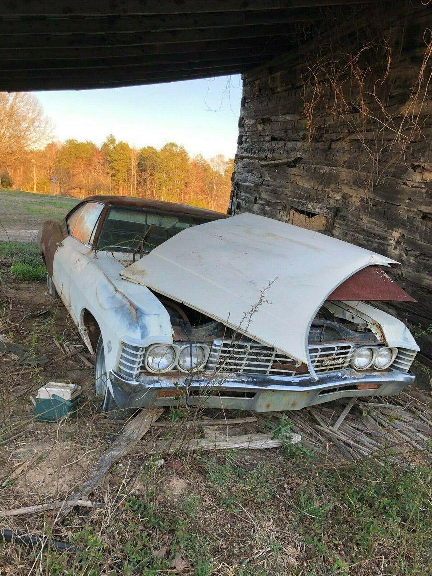 Бесхозная Chevrolet Impala простояла в поле под навесом 35 лет 1