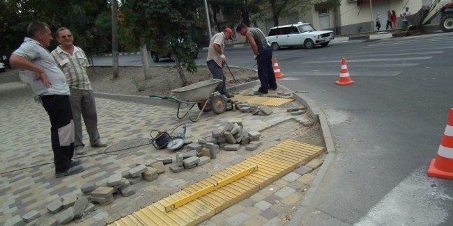 В Украине тактильная плитка на тротуарах теперь обязательна 1