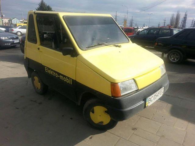 Редкий электромобиль 1990-х годов на украинских дорогах 1