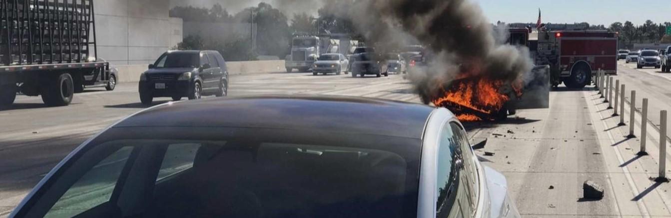Nissan Sentra вспыхнул после столкновения с Tesla Model 3 1