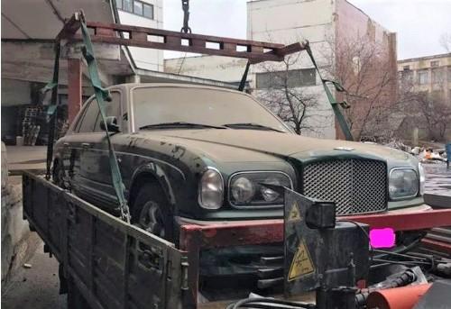 В столичном дворе бросили умирать роскошный седан Bentley 1