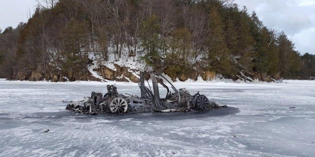 Загадочное происшествие: сгоревшую Tesla Model X нашли на замерзшем озере 1