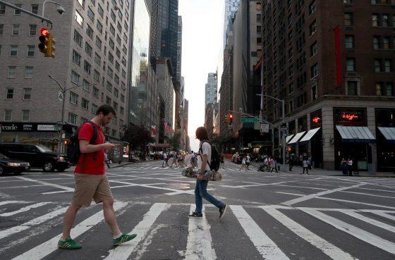 Пешеходов, увлечённых гаджетами, будут штрафовать 1