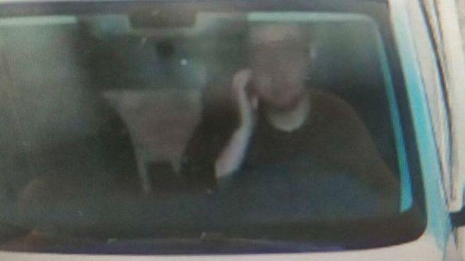 Водитель получил штраф за то, что почесал лицо 1