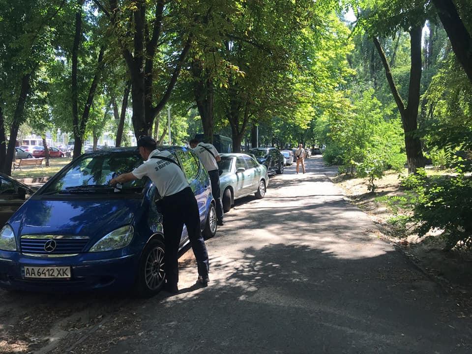 В Киеве парковочные инспекторы начали выписывать штрафы 1