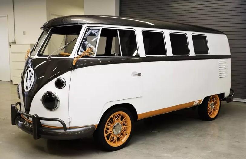 Винтажный минивэн Volkswagen оснастили голограммой и системой распознавания лиц 1