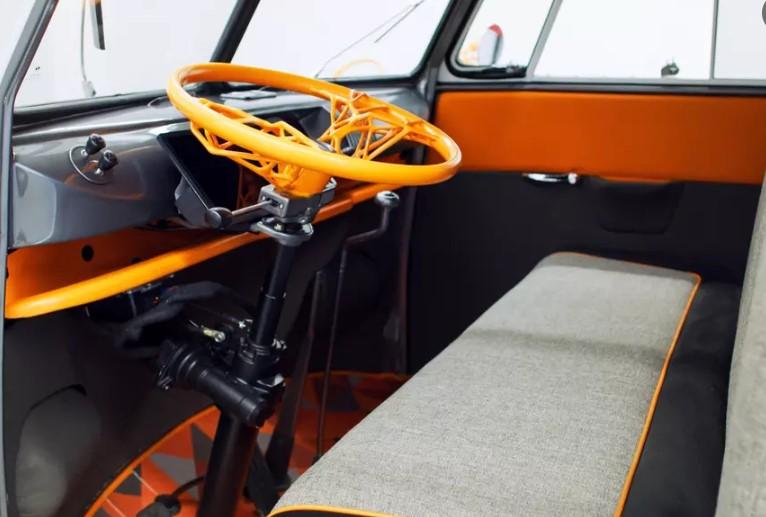 Винтажный минивэн Volkswagen оснастили голограммой и системой распознавания лиц 2