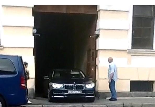 СМИ: Сергей Шнуров сделал гараж из арки исторического дома 1