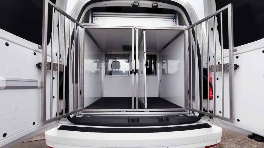 Volkswagen создал фургон для транспортировки полицейских собак 2