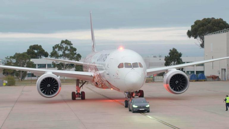 Tesla Model X протянул Boeing Dreamliner 1