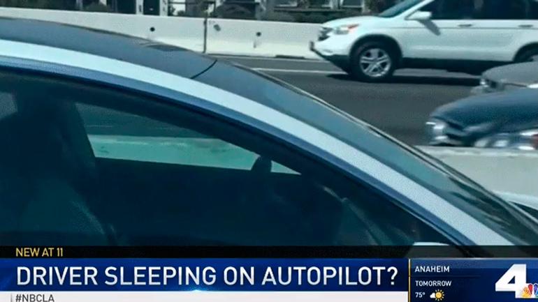 В Калифорнии сфотографировали водителя Tesla Model 3, спящего за рулём 1