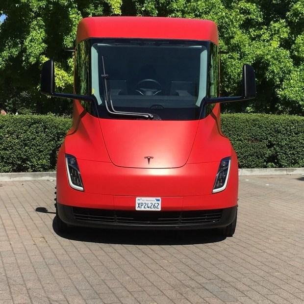 Tesla планирует представить электрический пикап к концу лета 1