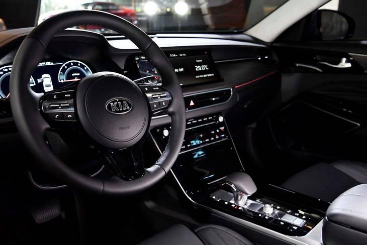 Kia представила обновленный седан K7 2