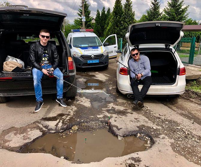 Украинцы стали ловить рыбу в ямах на дорогах 1