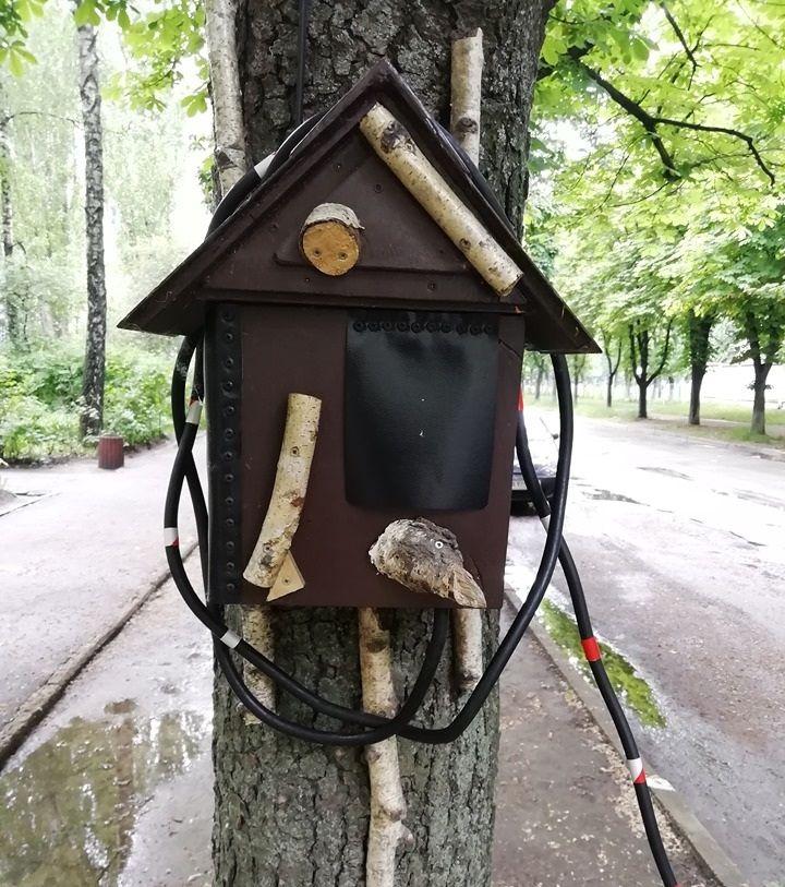 Украинец замаскировал зарядку для электромобиля под скворечник 1