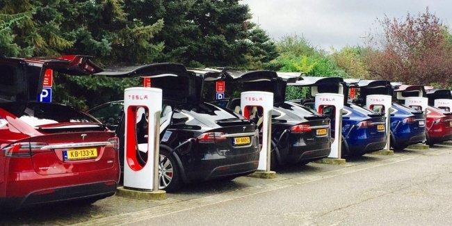 Tesla запретила электромобилям заряжаться «до полного бака» на станциях Supercharger 1