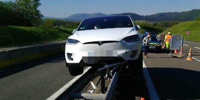 Электромобиль Tesla Model X «встала на рельсы» против своей воли 1