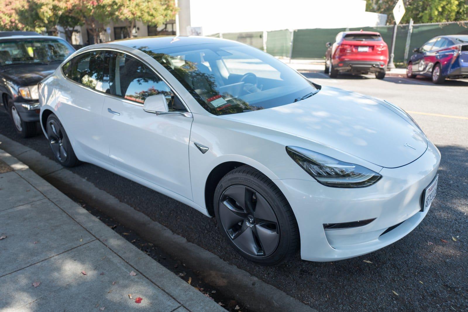 Tesla «урезала» функции электрокара Model 3 1