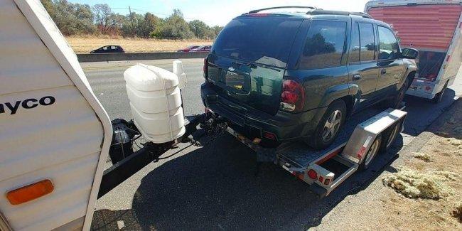 Полиция остановила дом на колесах, который буксировал прицеп с внедорожником, тянущим другой прицеп 1