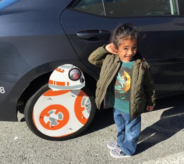 Поклонник «Звездных войн» прикрепил к своей машине робота из культовой саги 1