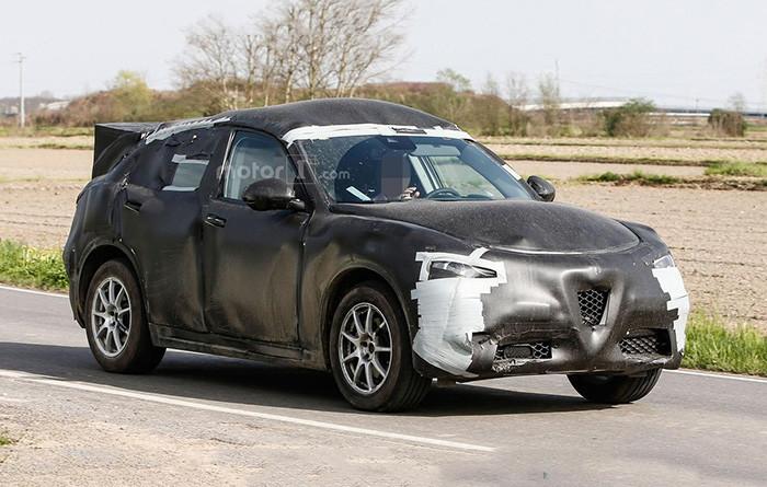На тестах замечен новый кроссовер Alfa Romeo Stelvio 1