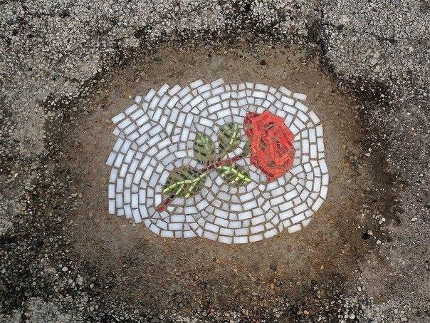 Художник «оригинальным» способом ремонтирует дороги 2