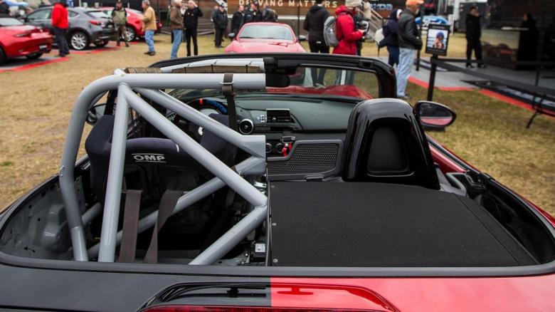 Слева гоночный, справа гражданский: тюнеры создали уникальный автомобиль «Половинку» 1