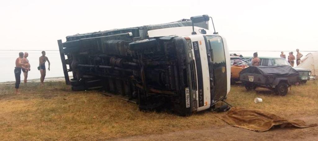 Сильный ветер опрокинул грузовик прямо на женщину 1